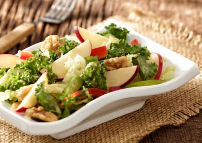Salade Waldorf santé avec pommes Red Prince et chou frisé