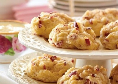 Scones exquis aux pommes Red Prince avec crème caillée