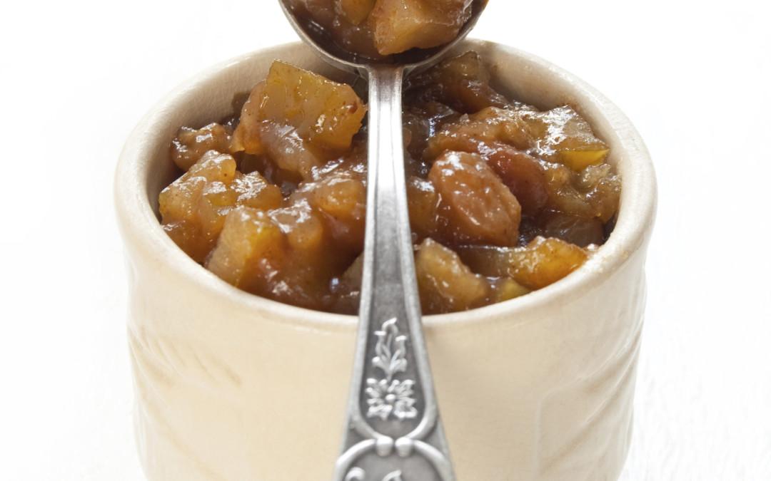Chutney aux pommes Red Prince et aux raisins secs avec croustilles de pita à la cannelle cuites au four